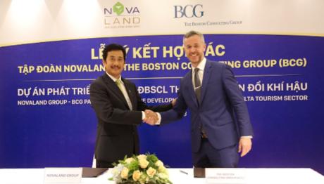 Ông Bùi Thành Nhơn, Chủ tịch Tập đoàn Novaland và ông Christopher Lewis Malon, Giám đốc Phát triển Kinh tế Toàn cầu của BCG ký kết hợp tác dự án Phát triển du lịch đồng bằng sông Cửu Long thích ứng biến đổi khí hậu.