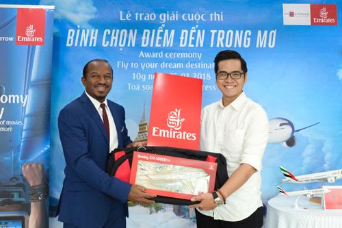 Đại diện hãng hàng không trao quà cho độc giả thắng giải.