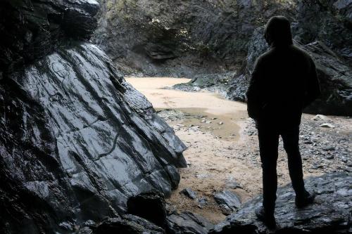 Khi bị kẹt trong một hang động nhỏ, Tom vô tình phát hiện ra một huyền thoại hoàn toàn có thật. Ảnh: Sun.