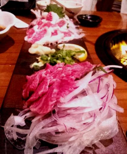 Basashi ở Kumamoto luôn đi kèm với các loại hành lá, hành, gừng xắt nhỏ và một miếng chanh để vắt ăn kèm. Ảnh: Hương Chi.