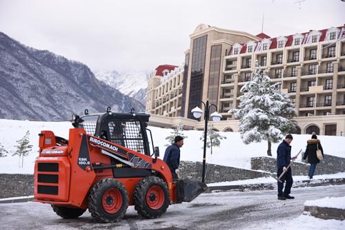 Các công nhân rải muối để làm tan băng giúp xe cộ đi lại dễ dàng. Ảnh: Hoài Phong.