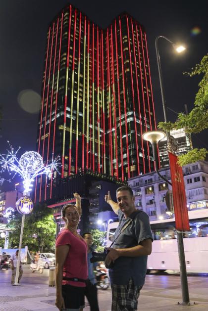 Du khách nước ngoài hào hứng khi chứng kiến khoảnh khắc Sài Gòn Time Square lên đèn với lá cờ đỏ sao vàng tung bay trên tòa nhà sở hữu khách sạn có tầm nhìn cao nhất thành phố.