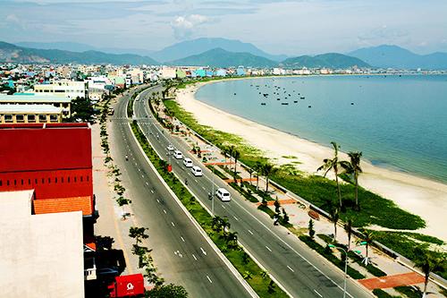 Bãi biển Nguyễn Tất Thành hiện là nơi thu hút đông du khách. Ảnh: Ông Văn Sinh.