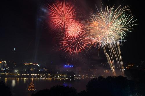 Hồ Gươm là một trong 30 điểm bắn pháo hoa nhiều năm qua vào dịp Tết Nguyên Đán. Ảnh minh họa: Giang Huy.