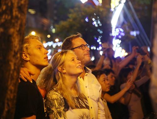 Nhóm du khách nước ngoài xem pháo hoa dịp Tết dương lịch vừa rồi tại Sài Gòn. Ảnh: Thành Nguyễn.