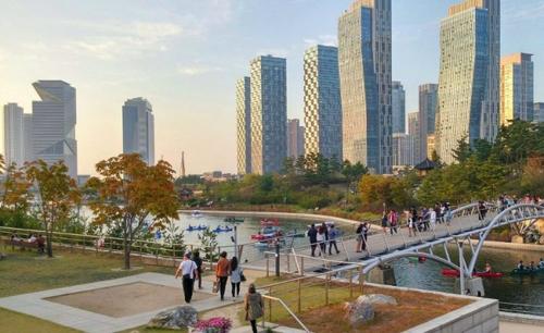 Hàn Quốc: Đô thị hiện đại trên hòn đảo nhân tạoSongdo IBD là đô thị hiện đại nằm trên một hòn đảo nhân tạo gần sân bay, cách Seoul khoảng 64 km. Ý tưởng chủ đề là dùng công nghệ để tạo nên sự thoải mái. Mỗi cư dân đều được cung cấp chiếc thẻ đặc biệt, cho phép họ sử dụng các dịch vụ khác nhau. Ngoài những tòa nhà chọc trời, kênh nhân tạo, trung tâm triển lãm, Internet 4G, thành phố còn có công viên, đường dành cho xe đạp, trạm sạc xe điện và nhiều thứ khác. 8 hệ thống quản lý thông minh được đưa vào sử dụng như: hệ thống dẫn khí nén có khả năng điều tiết tự động, hệ thống nước siêu tiết kiệm, hệ thống điện lưới thông minh.