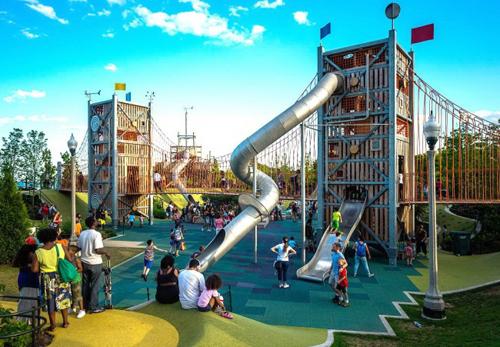 Mỹ: Công viên mọi đứa trẻ đều mơ ướcMaggie Daley là khu đất rộng gần 81.000 m2, gồm các khu vui chơi cho trẻ em ở mọi lứa tuổi. Ở Bến cảng, trẻ em có thể chơi cầu trượt, ống nhòm và đài phun nước. Khắp công viên được bố trí tường leo chuyên dụng và đồi, sóng nền cao su. Trong Thung lũng trượt, bạn sẽ thấy cầu trượt và tháp được kết nối bằng cầu treo. Chúng được lắp những ống nói, giúp những đứa trẻ ở trên có thể nói chuyện với những bé ở dưới. Khu rừng bí ẩn với những con đường giữa những tán cây treo ngược dẫn tới bàn trà. Đây là ý tưởng từ truyện cổ tích Alice ở xứ sở thần tiên hay Charlie và nhà máy chocolate.
