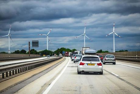 Đức: Những con đường tốt nhất thế giớiVới công nghệ làm đường như quét bánh nhiều lớp, những con đường cao tốc ở Đức có chất lượng hoàn mỹ. Chúng có thể sử dụng trong 30-50 năm mà không cần sửa chữa. Mỗi làn đường đều được phủ lớp nền chống đông, vải địa kỹ thuật, xi măng gia cố, lớp phủ bê tông và lớp mặt đường bóng được mài bằng kim cương hoặc nguyên liệu đặc biệt. Những con đường thân thiện môi trường không thoát khí độc khi bị đốt nóng, phản chiếu ánh sáng gấp 3 lần vào đêm. Độ an toàn của chúng rất cao, chỉ có khoảng 50 % đoạn có giới hạn tốc độ.