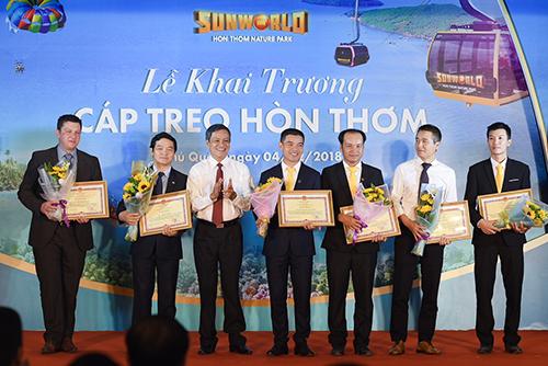 Lãnh đạo Phú Quốc trao tặng bằng khenđơn vị có đóng góp cho công trình.