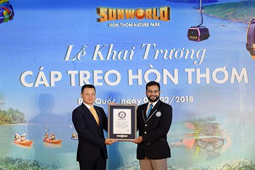 Ông Đặng Minh Trường, Phó Chủ tịch, Tổng giám đốc Tập đoàn Sun Group nhận chứng nhận cáp treo dài nhất thế giới cho cáp treo Hòn Thơm.