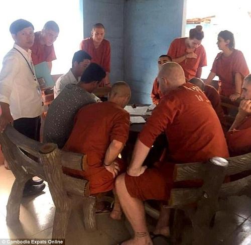 Khách Tây bị bắt vì chơi trò có tư thế nhạy cảm ở Campuchia