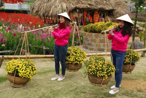 MC Thanh Bạch chơi Tết trong thung lũng vạn hoa giữa Hà Nội - 2
