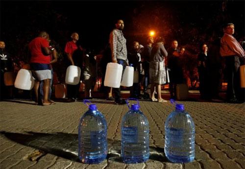 Người dân Nam Phi đang đối mặt với tình trạng thiếu nước trầm trọng. Ảnh: Reuters.