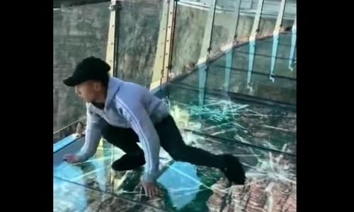 Khách Trung Quốc hoảng loạn khi thấy cầu kính vỡ toác dưới chân
