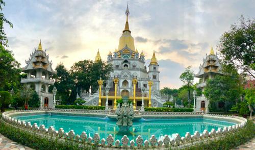 Thiền viện Bửu Long tại quận 9có sự kết hợp độc đáo bởi lối kiến trúc của bốn quốc gia gồm Ấn Độ, Myanmar, Thái Lan và Việt Nam.Ảnh:Thiên Chương