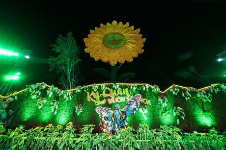 & đến tuần thứ 2 lễ hội hoa tại Sun World Halong Complex, du khách lại được dịp tận hưởng một bữa tiệc nghệ thuật với chủ đề Kỳ quan muôn màu, cùng điểm nhấn là Ionah show.