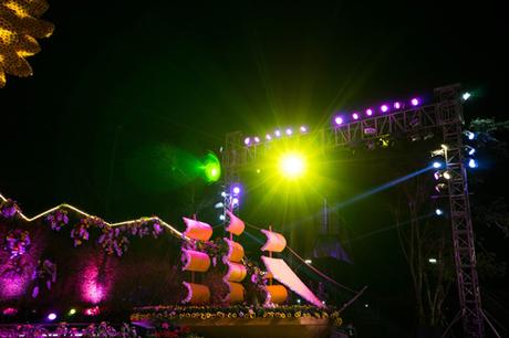 Mô hình hình Con thuyền Hạ Long được kết bằng hoa mang theo kỳ vọng về một năm mới đầy hứng khởi, vươn ra biển lớn cũng tỏa sáng theo cách riêng khi lễ hội lên đèn.