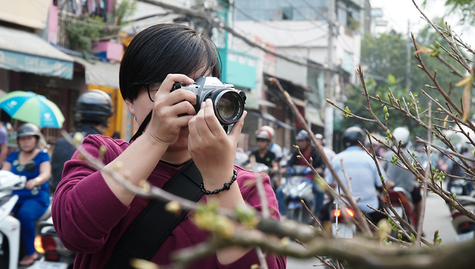 Khách Tây thấy bất ngờ vì cảnh chợ hoa trên sông giữa Sài Gòn