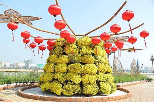 Hoa cùng hệ thống đèn led, đồ trang trí hỗ trợ tạo nên không gian đa sắc màu.