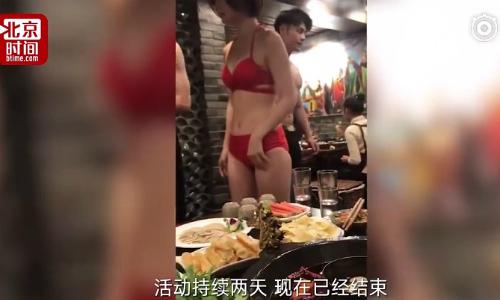 Cảnh trong video của thực khách ghi lại về các bồi bàn nữ mặc bikini.