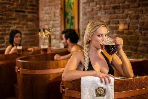 Khác với những quán bia rượu thông thường, nhiều spa tại các thành phố như Prague (Czech) và Budapest (Hungary) cho phép giới sành ăn chơi cơ hội vừa được uống bia và vừa ngâm mình trong đó. Thực khách sẽ được uống bao nhiêu bia tùy thích.