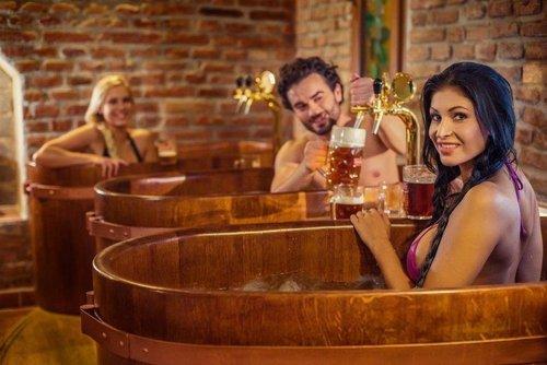 Vào dịp cuối tuần, lượng khách tới những spa bia rất đông, vì vậy thực khách có thể tắm bia trong không gian huyên náo xung quanh cùng với rất nhiều người khác. Ảnh:Pinterest.