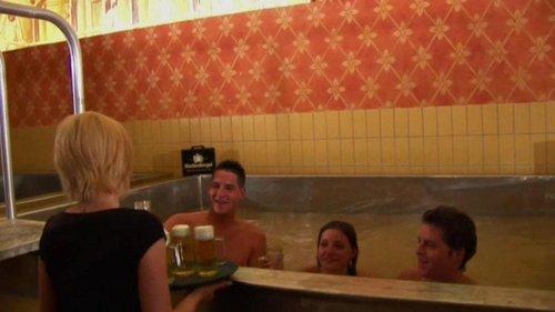 Thay vào đó, khách hàng có thể gọi riêng những ly bia tươi và thưởng thức trên hồ bơi. Tại đây có tất cả 13 loại bia được sản xuất từ cùng một nhà máy. Ảnh:Sun.