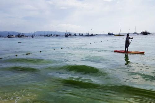Tổng thống Philippines gọi Boracay như một hầm chứa phân vì tình trạng xả thải bữa bãi và bất hợp pháp ra biển. Ảnh: CBN.