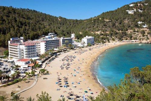 Lượng lớn khách đến hòn đảo vẫn thuê khách sạn. Ảnh:Alamy.