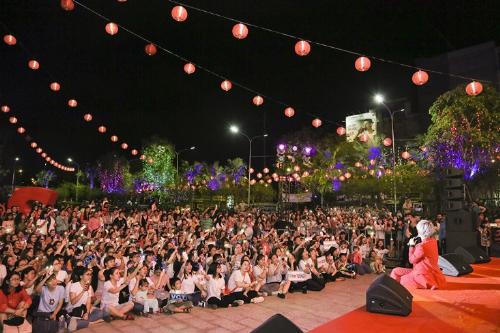 Trước vòng vây nồng nhiệt của các fan, nữ ca sĩ Cát Tường đại náo quảng trường Thuận Kiều tại sân khấu âm nhạc Weekendshow.