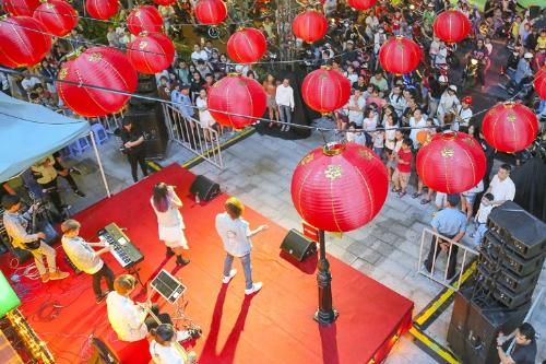 Weekendshow sôi động được tổ chức vào cuối tuần trên sân khấu mở với sự góp mặt của các ngôi sao nổi tiếng và các ban nhạc, thu hút đông đảo sự hưởng ứng của khán giả trẻ, lan tỏa mạnh mẽ đến nhiều người dân trên đường phố.