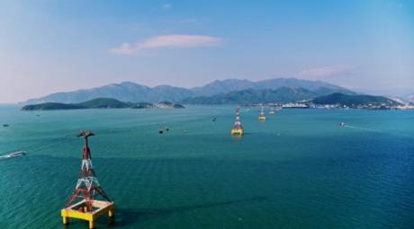 Tuyến cáp treo vượt biển đầu tiên của Việt Nam đạt kỷ lục dài nhất thế giới  Bước chân lên cabin của cáp treo vượt biển đầu tiên của Việt Nam đạt kỷ lục dài nhất thế giới (dài 3.320 m), du khách có thể quên hết âu lo và tận hưởng giờ phút thư giãn và chiêm ngưỡng cảnh quang mênh mông, hùng vĩ của vịnh Nha Trang.Với hàng loạt những điểm độc  đẹp  đỉnh, MV Đón Tết thảnh thơi là một lời chúc năm mới dí dỏm, nhắc nhở giới trẻ hãy tận hưởng một kì nghỉ Tết trong mơ tại Vinpearl Nha Trang - thiên đường du lịch hàng đầu Việt Nam.