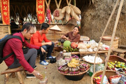 Gian hàng ẩm thực truyền thống trong phiên chợ Hoa ngày Tết.