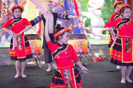 Lễ hội Mai vàng sắc xuân còn cống hiến cho du khách những màn biểu diễn nghệ thuật hiện đại, độc đáo mang đặc trưng của các quốc gia châu Á. Xiếc, múa lân, trống hội& và nhiều tiết mục hoạt náo liên tục không ngơi nghỉ, bên cạnh vô số những trò chơi dân gian đặc sắc như nhảy sạp, cà kheo, bịt mắt bắt vịt, ném còn& Tết này, Sun World Danang Wonders hóa thân thành miền lễ hội tưng bừng.Giữa chốn tưng bừng ấy, hẳn là không ai có thể đứng yên trước những vũ điệu rộn ràng, âm nhạc tưng bừng khắp các nẻo đường. Tết rồi đấy, chơi Sun World Danang Wonders thôi.