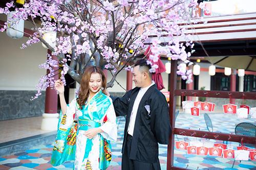Mỗi một tiểu cảnh, góc trang trí trong công viên đều gợi nhắc những nét đặc trưng của các quốc gia châu Á. Ví như ở khu vực Nhà hàng Momo này, du khách sẽ rất thích thú khi được mặc kimono tạo dáng bên hoa anh đào và gửi gắm những điều ước may mắn dịp đầu xuân năm mới lên những tấm thiệp treo xinh xắn.