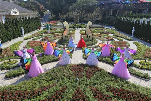 Những ngày áp Tết Mậu Tuất, du khách đến Sun World Ba Na Hills đã thấy muôn hoa rực rỡ sắc màu.  Một lễ hội hoa kéo dài từ 10/2 đến 30/3/2018 đang biến nơi đây thành một thế giới hoa lộng lẫy, với vô số hoạt động mà từ người già đến con trẻ đều mê.