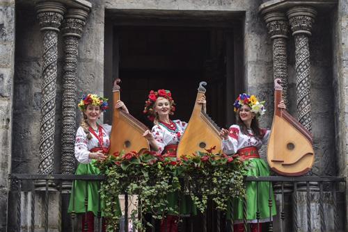 Bên cạnh đó là những tiết mục biểu diễn violin, đàn truyền thống Nga& của các nhóm nhạc Gramophony Band, Bandura Band.  Tết cũng mang tài lộc đến với nhiều du khách, khi đã thành thông lệ, khu du lịch sẽ dành tặng các du khách bất kỳ những phong bao lì xì đỏ thắm.