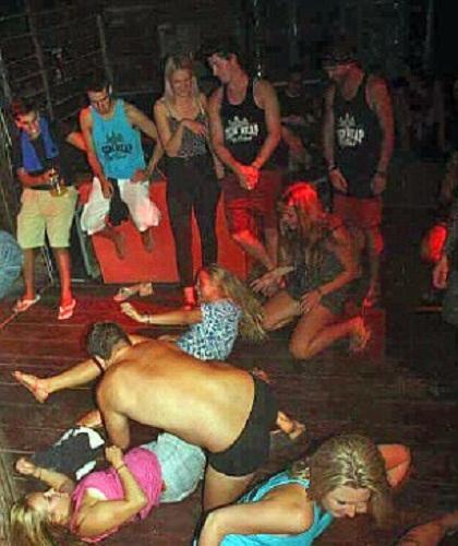 Nhóm du khách bị bắt vì có các hành vi phản cảm trong bữa tiệc. Ảnh: News.