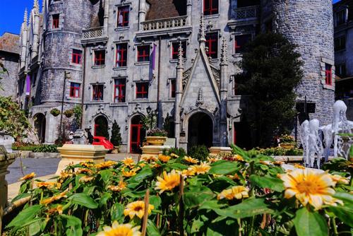 Trên phông nền đặc biệt là những lâu đài Pháp cổ, hoa tulip, hoa đào chuông, hoa trà Nhật, hoa hồng tỉ muội, hoa cúc& bật lên sắc thắm. Đứng trước khung cảnh ấy, du khách ngỡ như lạc bước giữa một thiên đường hoa nào đó ở châu Âu xa xôi.