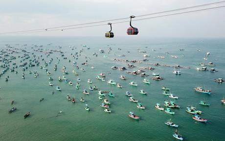 Giá vé cáp treo được công bố là 500.000 đồng/ vé khứ hồi dành cho người lớn, 350.000 đồng/ vé cho trẻ em cao từ 1m đến dưới 1m30; các bé dưới 1m được miễn phí. Giá vé đã bao gồm dịch vụ tắm tráng nước ngọt tại bãi biển Hòn Thơm.