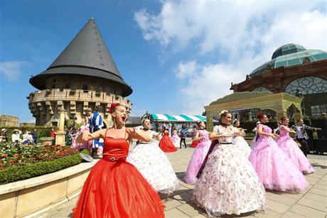 Với Carnival mùa xuân, 40 nghệ sĩ nước ngoài sẽ hóa thân thành những loài hoa đặc biệt trong những trang phục mang sắc màu sặc sỡ, tái hiện câu chuyện cổ tích về hành trình khám phá khu vườn bí ẩn của vua và hoàng hậu.