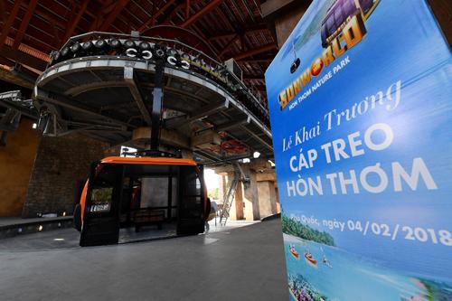 Cáp treo Hòn Thơm chính thức khai trương ngày 4/2/2018. Ngay trong ngày khai trương, tuyến cáp đã được Tổ chức Kỷ lục thế giới Guinness trao tặng chứng nhận Tuyến cáp treo 3 dây dài nhất thế giới 7.899,99m. Khởi hành từ ga đi tại An Thới, qua các đảo Hòn Dừa, Hòn Rỏi, tới ga đến trên đảo Hòn Thơm, cáp treo Hòn Thơm đưa du khách đến với hành trình du ngoạn trên không trung và ngắm 360 độ biển trời Phú Quốc đẹp như tranh.