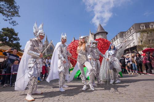 Nhiều show nghệ thuật mini cũng sẽ được trình diễn hàng ngày trong thời gian lễ hội như Vũ khúc ngày đẹp tươi, Dạ vũ mùa xuân, Múa lửa...