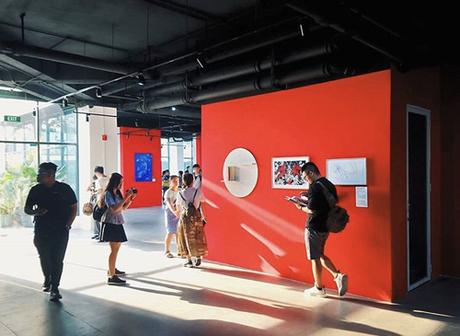 Các bạn trẻ khám phá không gian triển lãm nghệ thuật bên trong The Garden Mall.