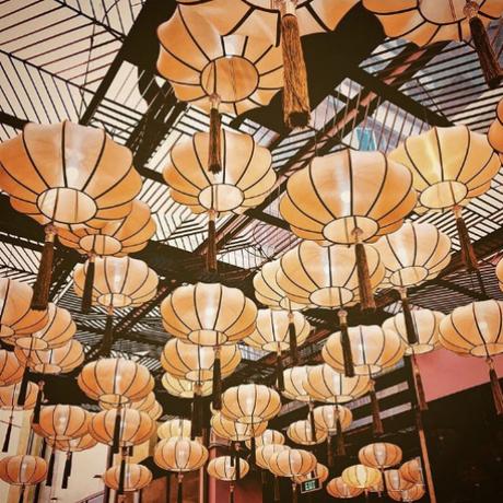 Những chiếc lồng đèn được trang hoàng trước Nhà Hát Chợ Lớn bên trong Khu trung tâm văn hóa của khu tổ hợp. Nơi đây đã trở thành địa điểm vui xuân mới không thể bỏ qua vào dịp Tết. Đã có rất nhiều bạn trẻ chọn khu thương mại này là địa điểm lý tưởng để ghi lại dấu ấn khoảng khắc ấn tượng đầu năm.