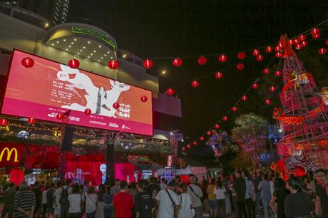 Giữa tổ hợp, không gian rộng mở với màn hình lớn (kích thước hơn 140 m2) ở Quảng trường Thuận Kiều hứa hẹn là nơi thu hút đông đảo những tâm hồn năng động, đầy ắp năng lượng tìm đến. Đây là địa điểm lý tưởng để mọi người hòa mình vào âm nhạc hay tận hưởng các hoạt động văn hóa, giải trí ngoài trời lý thú.