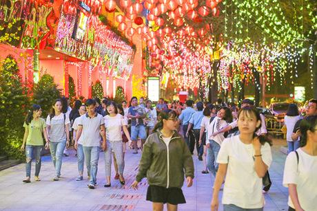 Hình ảnh rực rỡ lung linh của hàng nghìn chiếc lồng đèn về đêm thu hút hàng trăm người tìm đến.