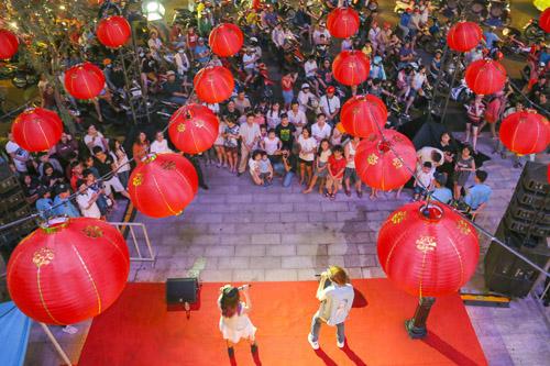 Tương tự hình thức streetshow thường bắt gặp nhiều trên đường phố các nước, weekendshow sôi động được tổ chức tại đây vào cuối tuần trên sân khấu mở với sự góp mặt của các ngôi sao nổi tiếng và các ban nhạc trẻ. Sự kiện này thu hút đông đảo sự hưởng ứng của khán giả trẻ, lan tỏa đến nhiều người dân trên đường phố.