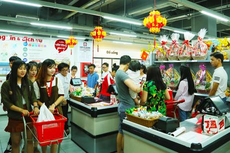 Khung cảnh mua sắm tết ngộn nhịp bên trong khu thương mại.