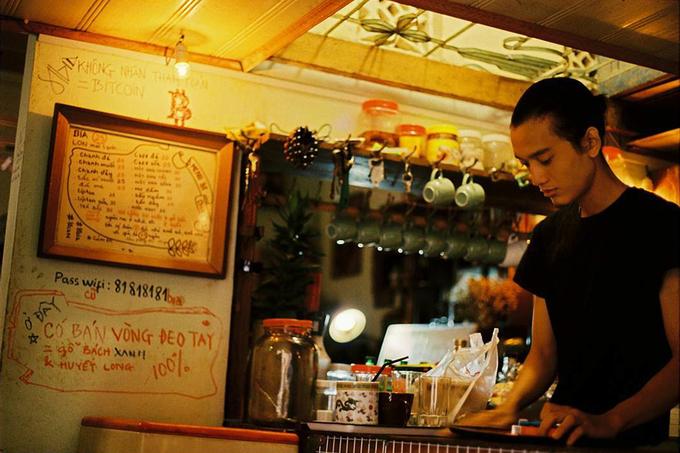 Ông chủ chi 100 triệu đồng mua đồ cũ trang trí quán cà phê